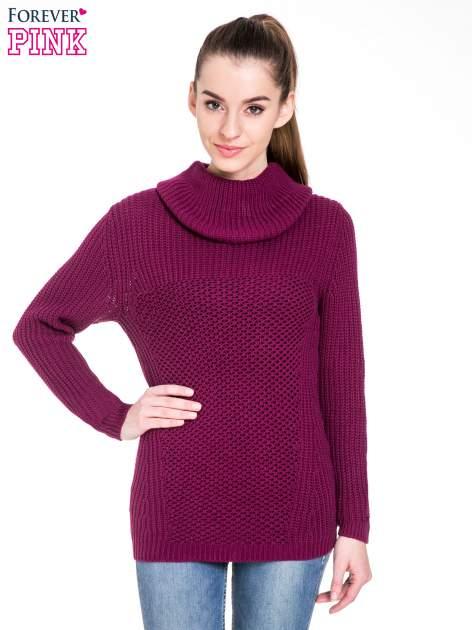 Bordowy ciepły sweter z golfowym kołnierzem