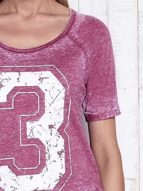 Bordowy dekatyzowany t-shirt z cyfrą 3                                  zdj.                                  6