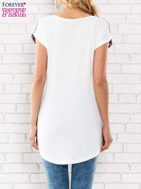 Bordowy t-shirt w motyw ornamentowy                                  zdj.                                  2