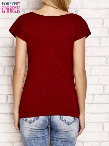 Bordowy t-shirt z napisem LET ME LIVE LIKE AN OUTSIDER