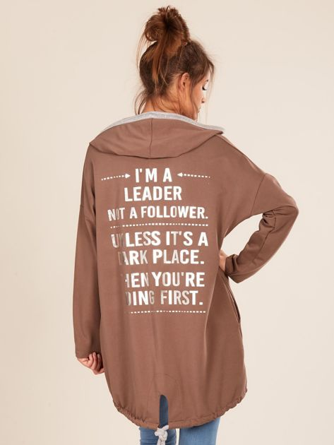 Brązowa bluza z kapturem i napisem z tyłu                              zdj.                              2