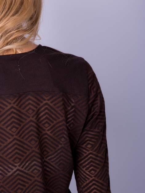 Brązowa bluzka w geometryczny wzór z łezką z przodu                                  zdj.                                  5