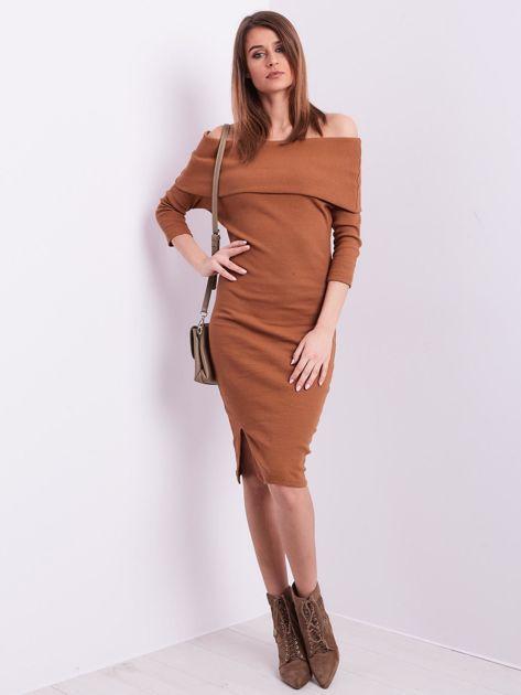 Brązowa dopasowana sukienka z odkrytymi ramionami                              zdj.                              4