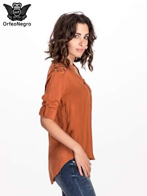 Brązowa koszula z haftem etno na ramionach i kieszonką                                  zdj.                                  5
