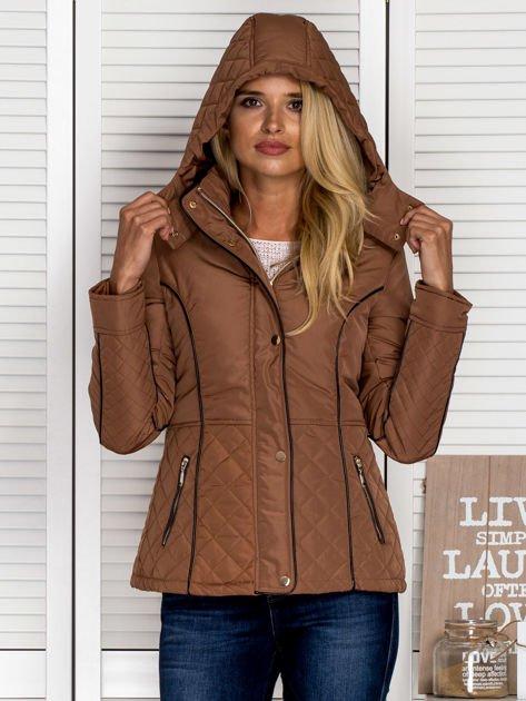 Brązowa kurtka z pikowanymi wstawkami i kontrastową lamówką                                  zdj.                                  2