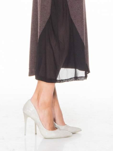 Brązowa maxi sukienka z asymetryczną wstawką na dole z tiulu                                  zdj.                                  5