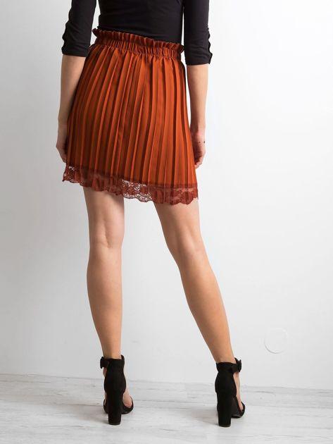 Brązowa plisowana spódnica z koronką                              zdj.                              2