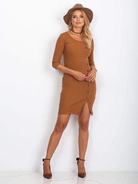 Brązowa prążkowana sukienka z rozcięciem                              zdj.                              4