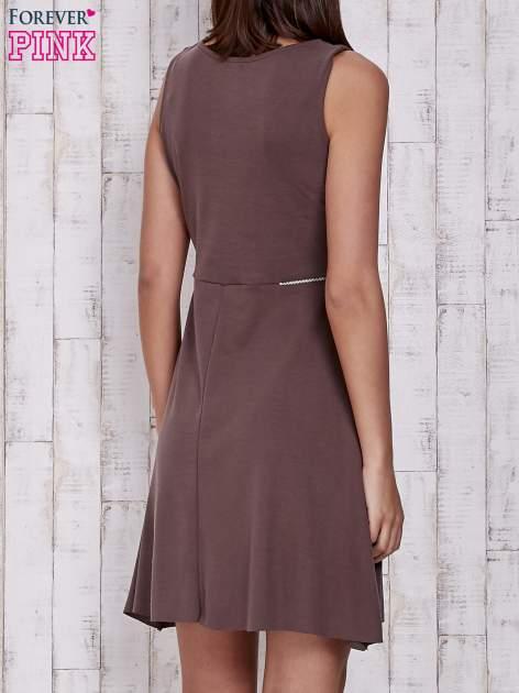 Brązowa rozkloszowana sukienka z suwakami w talii                                  zdj.                                  2