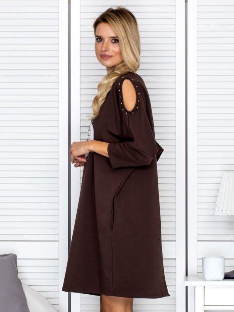 Brązowa sukienka damska oversize z perełkami i okrągłą naszywką                              zdj.                              5