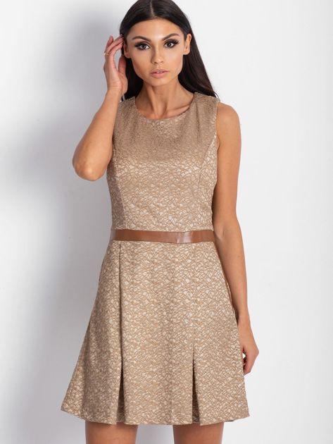 Brązowa sukienka koktajlowa o wyrazistej fakturze                               zdj.                              1