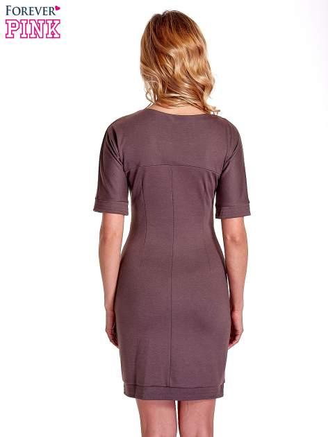 Brązowa sukienka z aplikacją na kieszeniach                                  zdj.                                  4