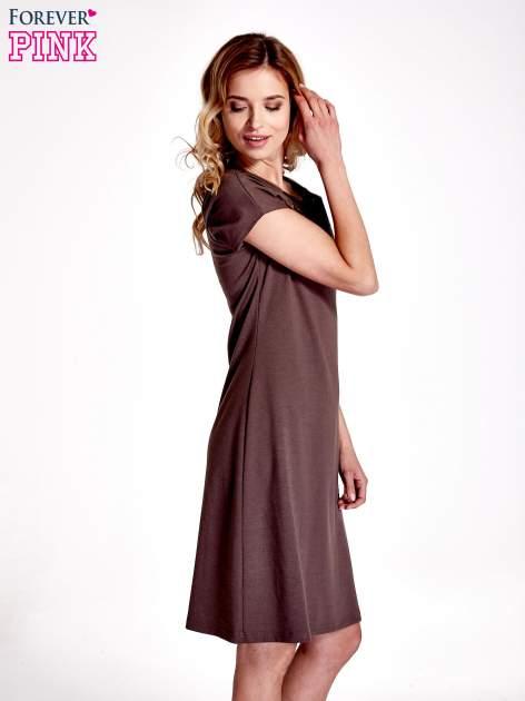 Brązowa sukienka z cekinowym wykończeniem przy dekolcie                                  zdj.                                  3