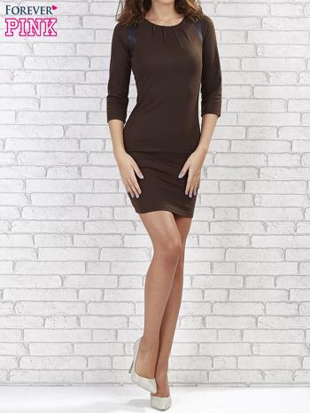 Brązowa sukienka z marszczeniami przy dekolcie                                  zdj.                                  1