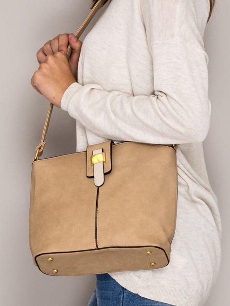 Brązowa torebka z ozdobną klapką                                   zdj.                                  4