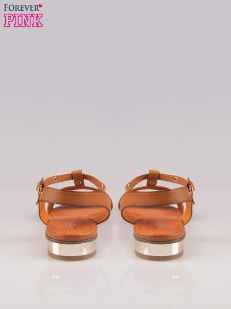 Brązowe sandały t-bary ze złotym paskiem i obcasem                                  zdj.                                  3