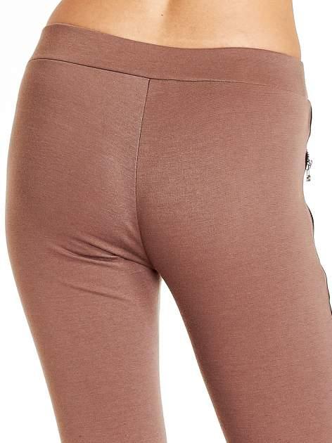 Brązowe spodnie materiałowe tregginsy ze skórzanym lampasem i zamkami                                  zdj.                                  7