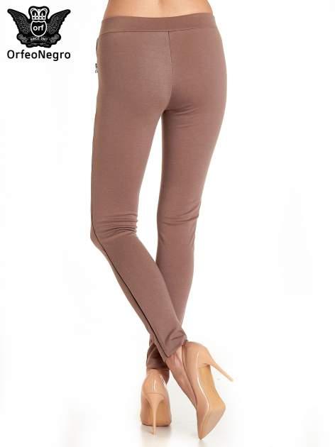 Brązowe spodnie materiałowe tregginsy ze skórzanym lampasem i zamkami                                  zdj.                                  2