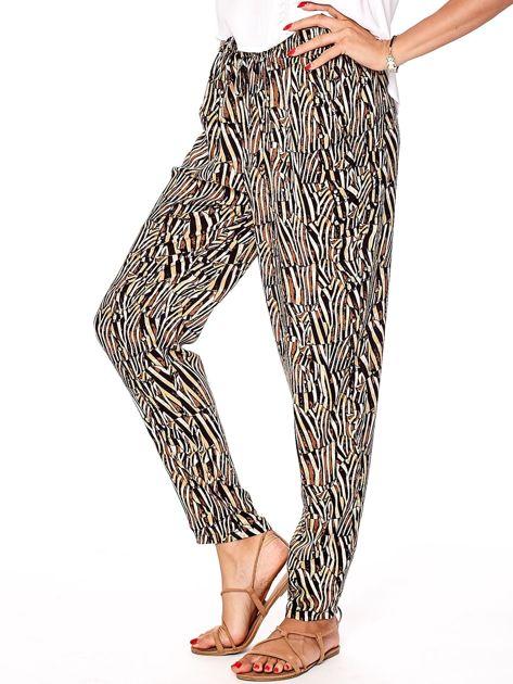 Brązowe spodnie w kolorowe desenie                              zdj.                              10