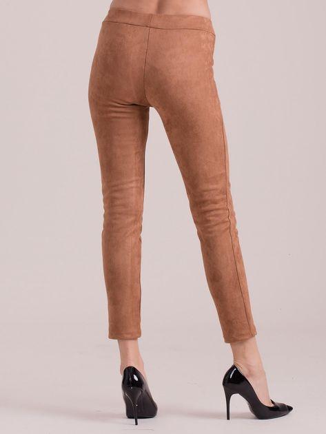 Brązowe spodnie z imitacji zamszu                              zdj.                              2