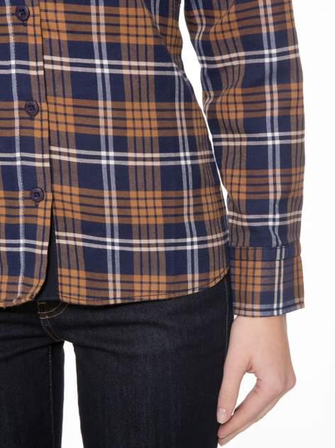 Brązowo-granatowa damska koszula w kratę z kieszonkami i naszywką                                  zdj.                                  6