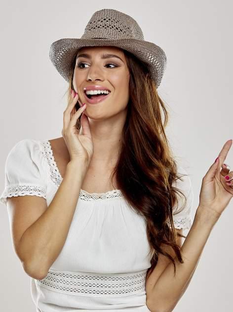 Brązowy damski kapelusz kowbojski z ciemną plecionką                                  zdj.                                  1
