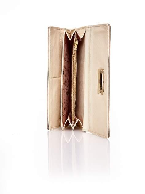 Brązowy fakturowany portfel ze stylizowanym zapięciem                                   zdj.                                  5