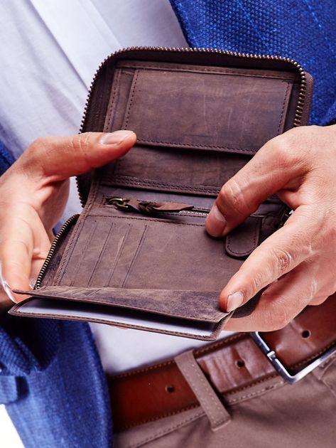 Brązowy portfel dla mężczyzny z tłoczonym emblematem                              zdj.                              5
