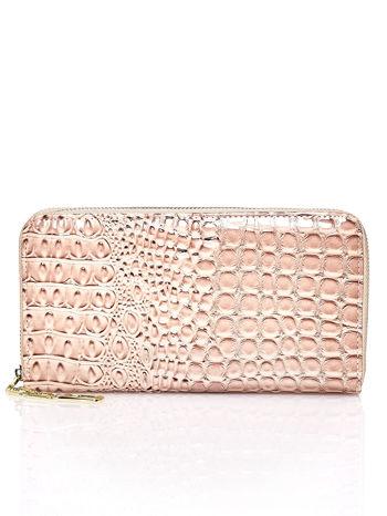 Brązowy portfel kopertówka z motywem skóry krokodyla