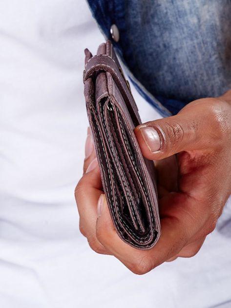 Brązowy portfel męski na zatrzask z emblematem                              zdj.                              4