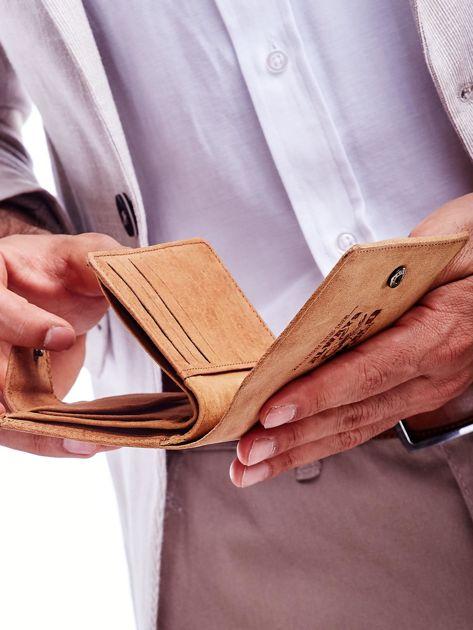 Brązowy portfel męski z tłoczeniem i klapką                              zdj.                              3