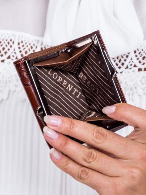 Brązowy portfel w tłoczone motyle                               zdj.                              5