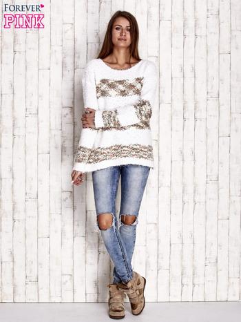 Brązowy puszysty sweter w kolorowe pasy                              zdj.                              2