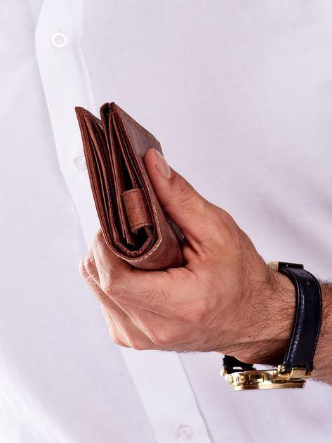 Brązowy skórzany portfel dla mężczyzny z tłoczonym napisem                              zdj.                              4