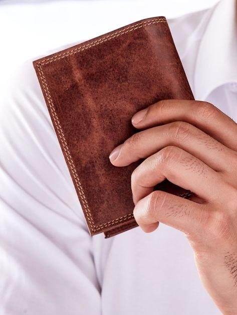 Brązowy skórzany portfel dla mężczyzny z tłoczonym napisem                              zdj.                              5