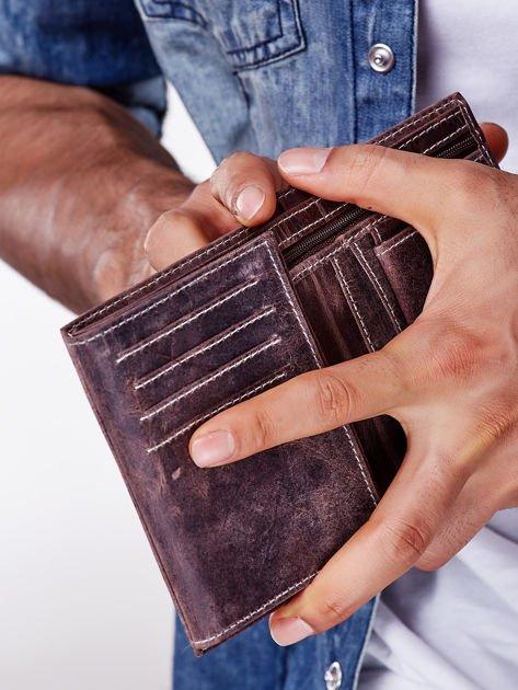 Brązowy skórzany portfel męski z zapięciem na zatrzask                              zdj.                              2