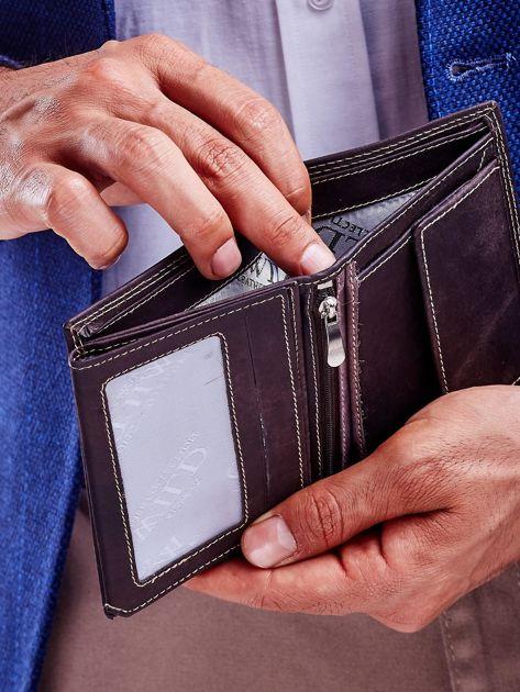 Brązowy skórzany portfel z tłoczeniem i obszyciem                              zdj.                              3
