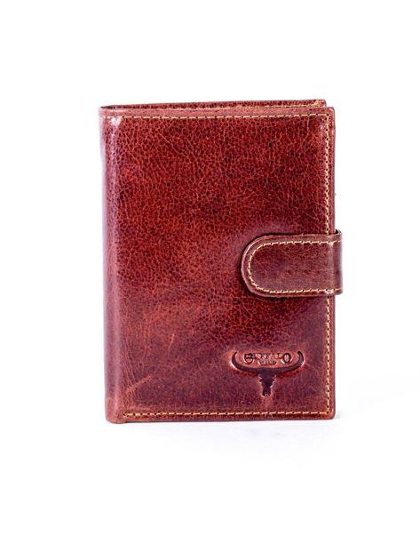 Brązowy skórzany portfel z tłoczeniem i zapięciem na zatrzask                              zdj.                              1