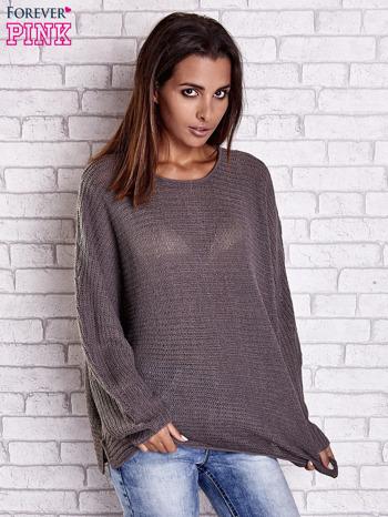 Brązowy sweter oversize z rozcięciami po bokach                                  zdj.                                  3