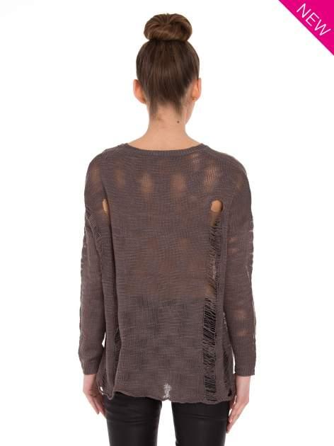 Brązowy sweter z nadrukiem i efektem destroyed                                   zdj.                                  3