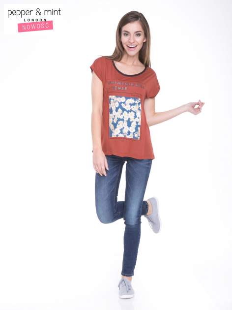 Brązowy t-shirt z kwiatowym nadrukiem i napisem UNIMAGINABLE SENSE                                  zdj.                                  5