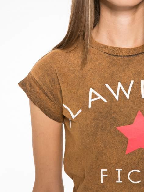 Brązowy t-shirt z nadrukiem DOLLYWOOD                                  zdj.                                  6