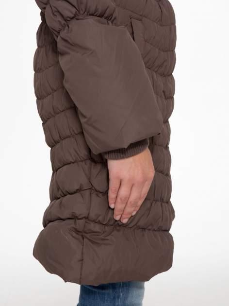 Brązowy taliowany puchowy płaszcz z futrzanym kapturo-kołnierzem                                  zdj.                                  8