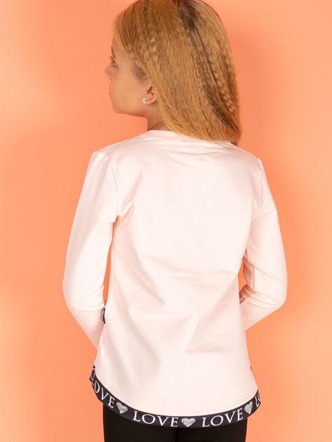 Brzoskwiniowa asymetryczna bluzka dziewczęca nadrukiem ust                              zdj.                              3