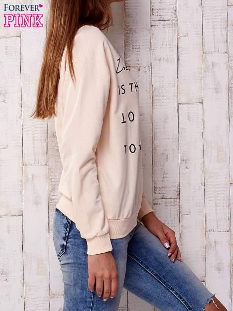 Brzoskwiniowa bluza z napisem                                  zdj.                                  3