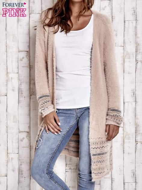 Brzoskwiniowy długi włochaty sweter z kolorową nitką