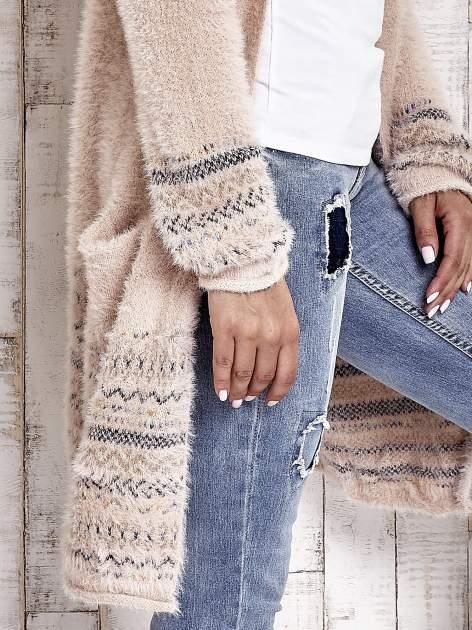 Brzoskwiniowy długi włochaty sweter z kolorową nitką                                  zdj.                                  6