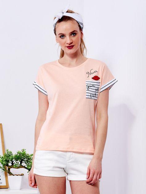 Brzoskwiniowy t-shirt z kieszonką i naszywką                              zdj.                              1
