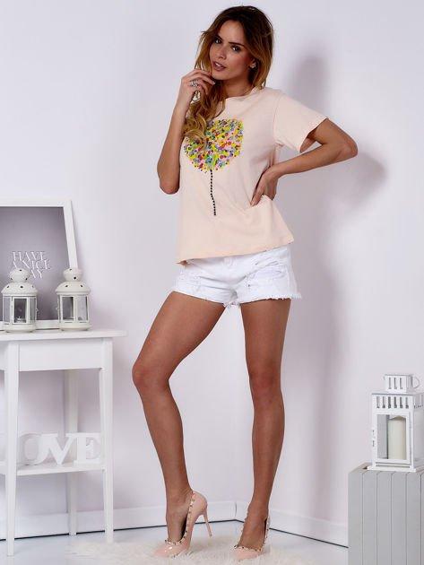 Brzoskwiniowy t-shirt z kolorowym nadrukiem i perełkami                              zdj.                              4