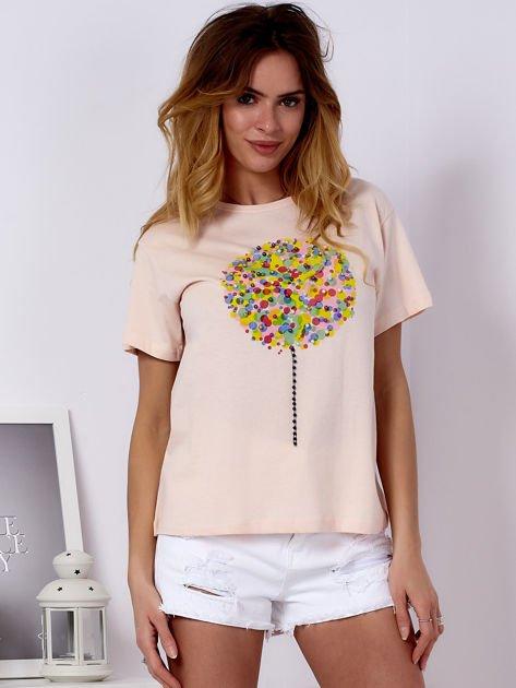 Brzoskwiniowy t-shirt z kolorowym nadrukiem i perełkami                              zdj.                              1